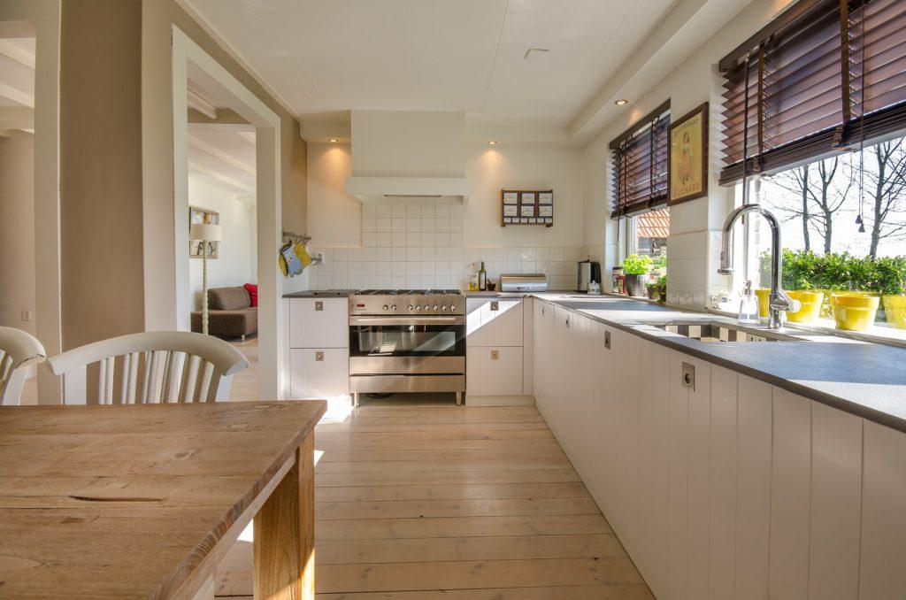 Welke keukenstijl past bij een houten vloer?